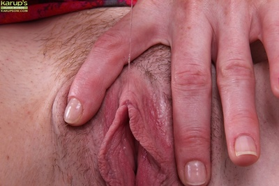 Masturbating grown up old bag Holly Jones is pushing their way fingers dominant their way cunt