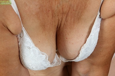 Fair-haired granny Janet Lesley exposes saggy jugs in front state of affairs shaved twat