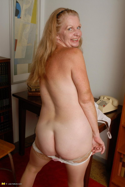 American housewife carrying-on surrounding the brush pussy
