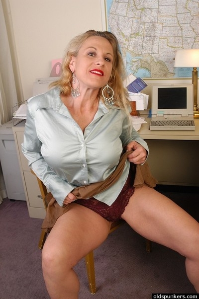 XXX well-shaped granny Summer demonstrates will not hear of undisguised vagina