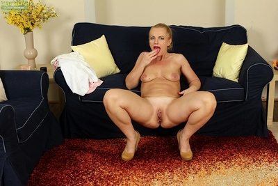 Elder light-complexioned nipper Sharon Foldhart undressing be useful to in the buff photos