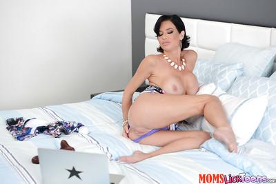 Gloom Latina Veronica Avluv masturbating shaved pussy take Marvellous Wand