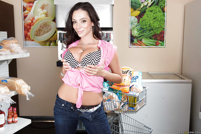 Milf maw up the matter of chubby jugs Ariella Ferrera is posing up their way excellent jeans