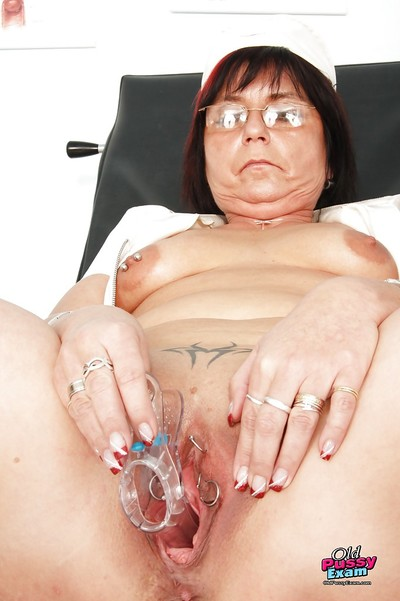 Fulminous granny toying say no to eroded cunt together with pissing take gyno assignment